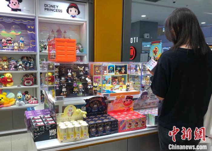 消费者在泡泡玛特门店挑选Molly盲盒。 <a target='_blank' href='http://www.chinanews.com/' >中新网</a> 左宇坤 摄