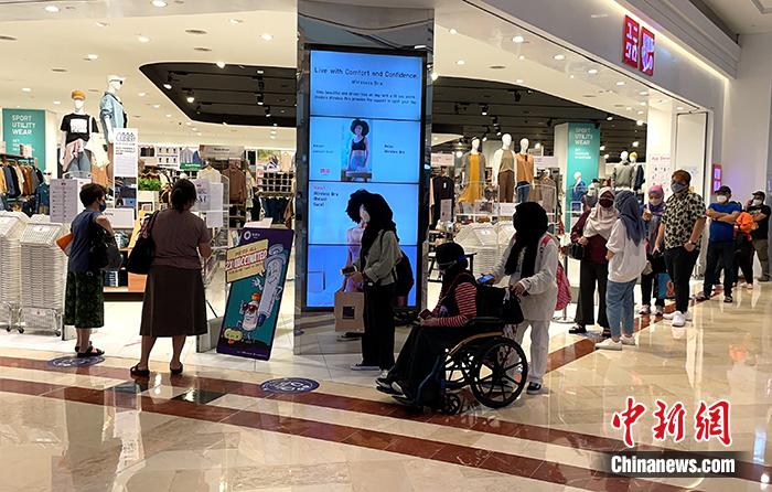 图为马来西亚著名的阳光广场内一家服装店前,等待入店购物的民众排起长队。<a target='_blank' href='http://www.chinanews.com/'>中新社</a>记者 陈悦 摄