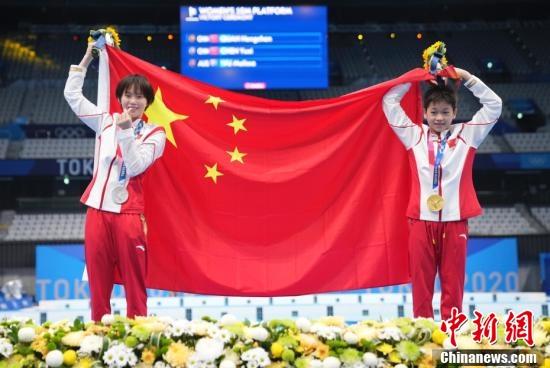 图为颁奖仪式后,全红婵(右)、陈芋汐手持五星红旗合影。中新社记者 杜洋 摄