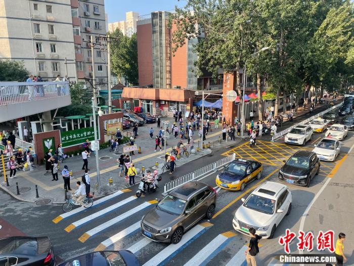 北京市花园桥附近,学生们正在进入学校。 任靖 摄。