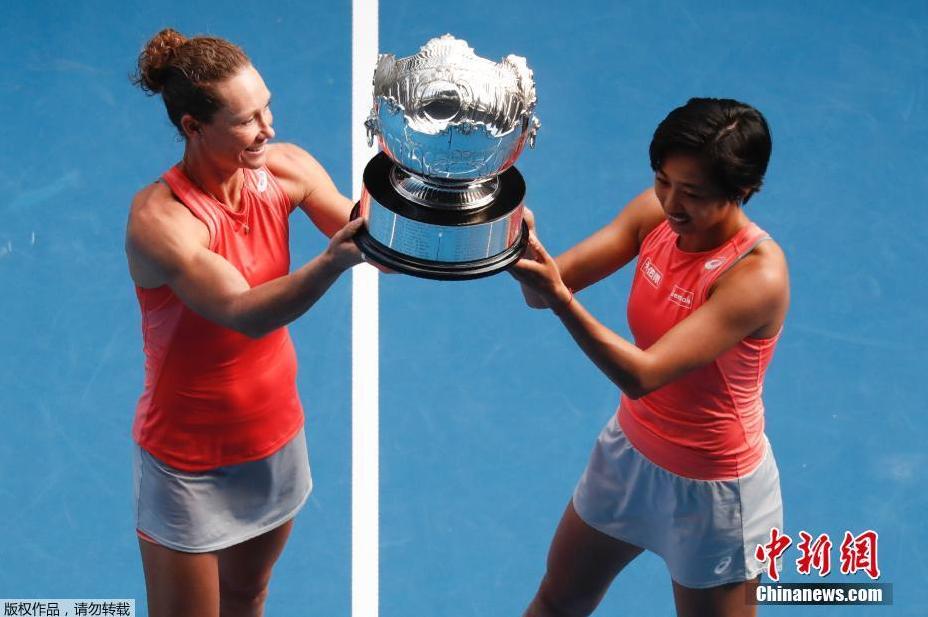 资料图:2019年澳大利亚网球公开赛进入女双决赛较量,张帅/斯托瑟6-3/6-4挑落卫冕冠军巴博斯/梅拉德诺维奇,首次携手夺得大满贯冠军。