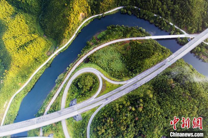 航拍下的景婺黄高速公路婺源段,风光旖旎。(资料图) 诸葛柏铭 摄