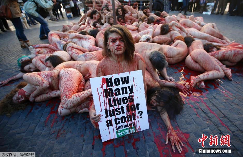 西班牙动物保护者街头裸体浴血 抗议使用动物