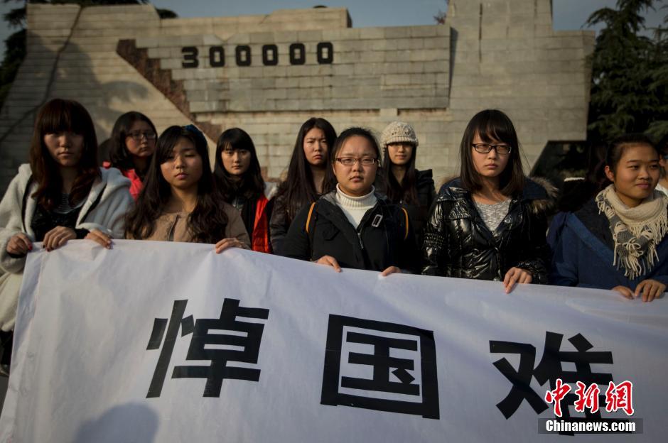 南京年轻人悼念侵华日军南京大屠杀遇难同胞