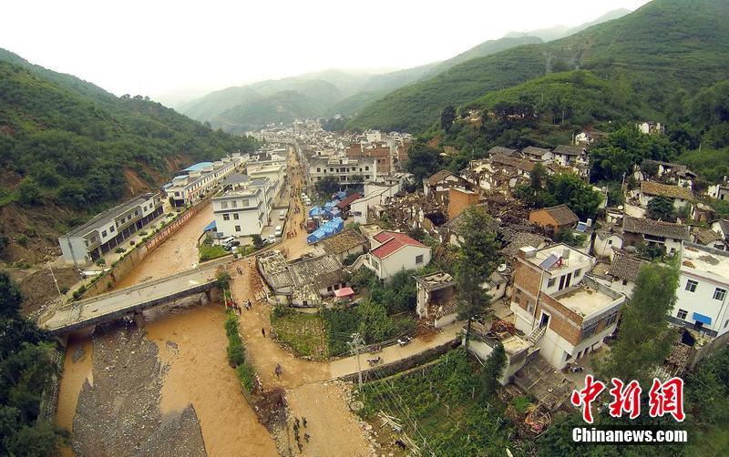 航拍云南鲁甸地震 龙头山镇家园尽毁图片