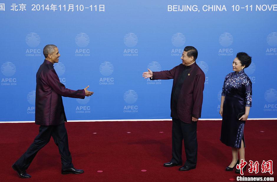 中新社发 杜洋 摄-习近平夫妇同APEC领导人夫妇集体合影图片