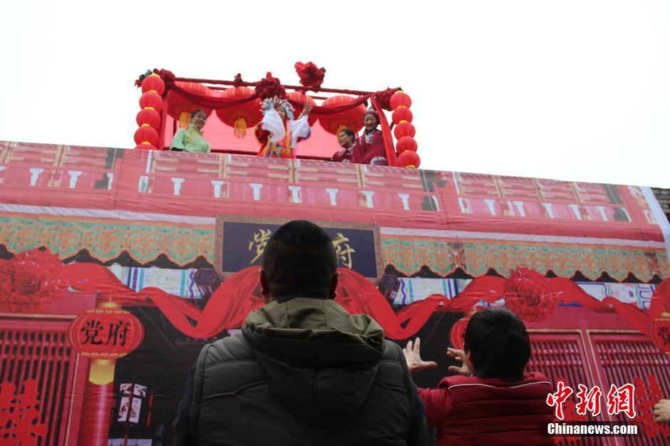 陕西韩城抛绣球抬花轿 传统民俗闹新春