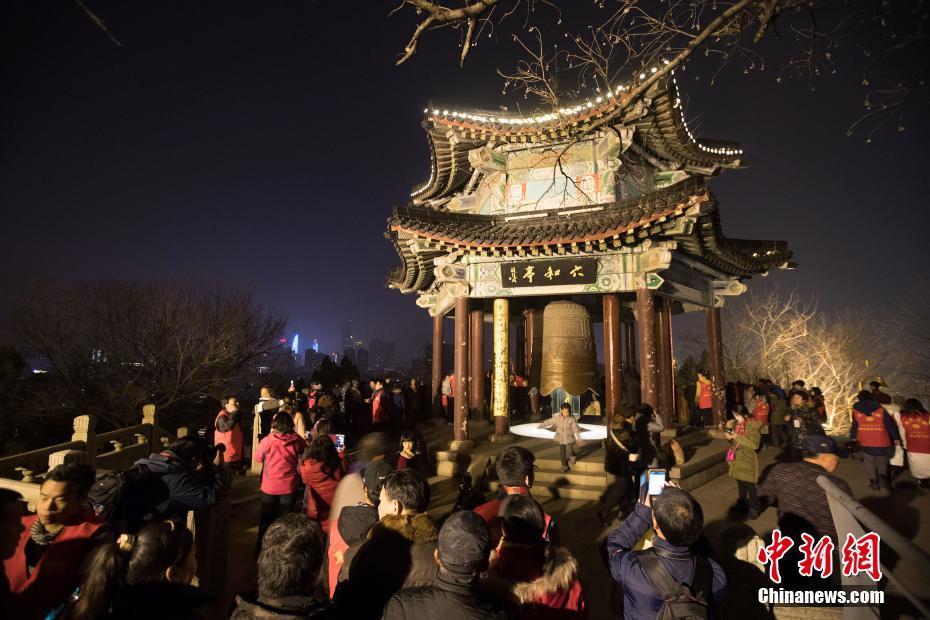 南京民众撞响玄奘寺六和钟祈福迎新年