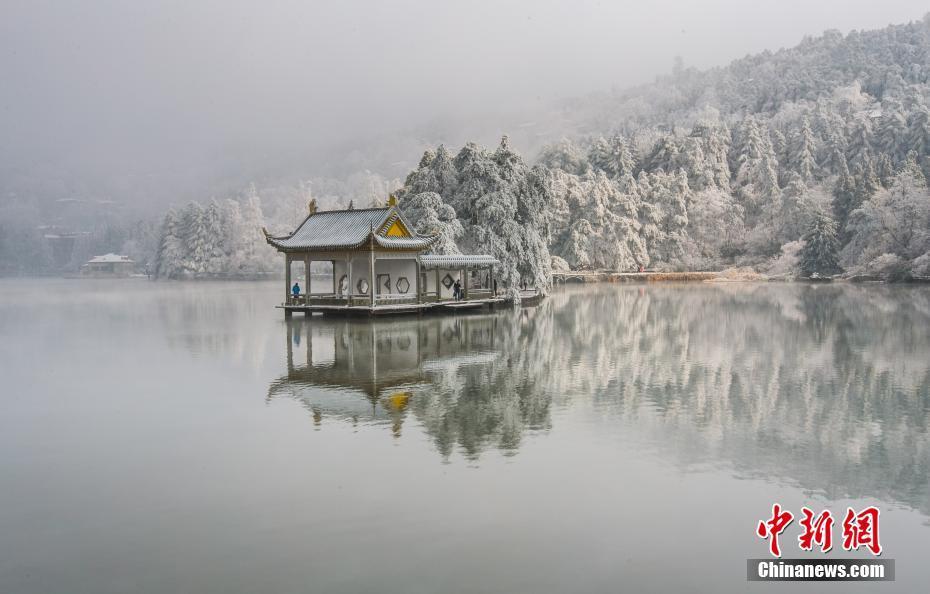 江西庐山降雪游人如织 银装索裹如梦如幻