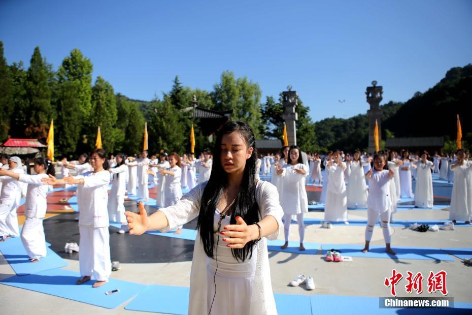 《功夫瑜伽》主演母其弥雅领200女子老君山练瑜伽