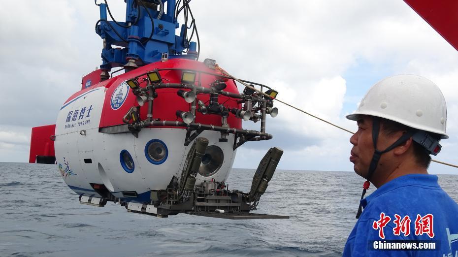 """中国""""深海勇士""""号载人潜水器和它的总设计师"""
