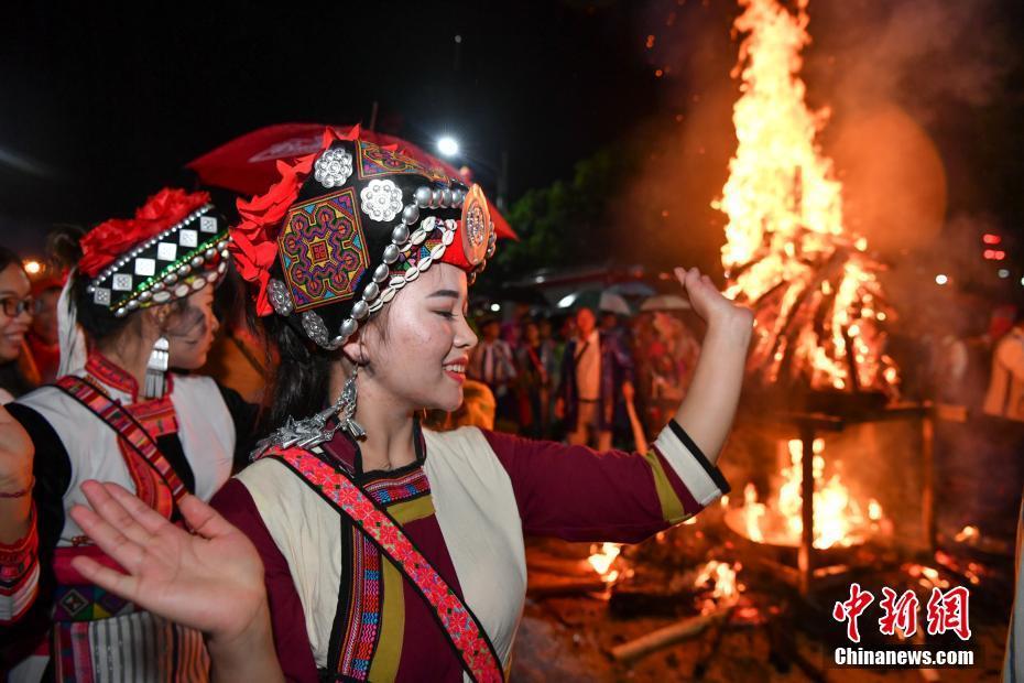 彝族摸扔节现场视频_昆明石林万人雨中狂欢 庆祝彝族火把节