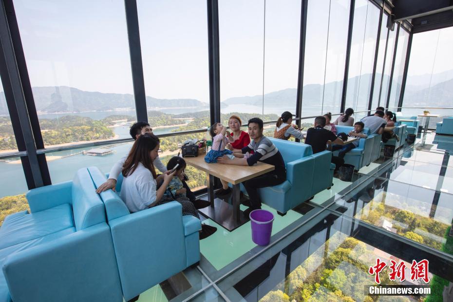 """江西廬山西海建99米""""高空咖啡屋"""" 游客""""全透明""""觀景"""