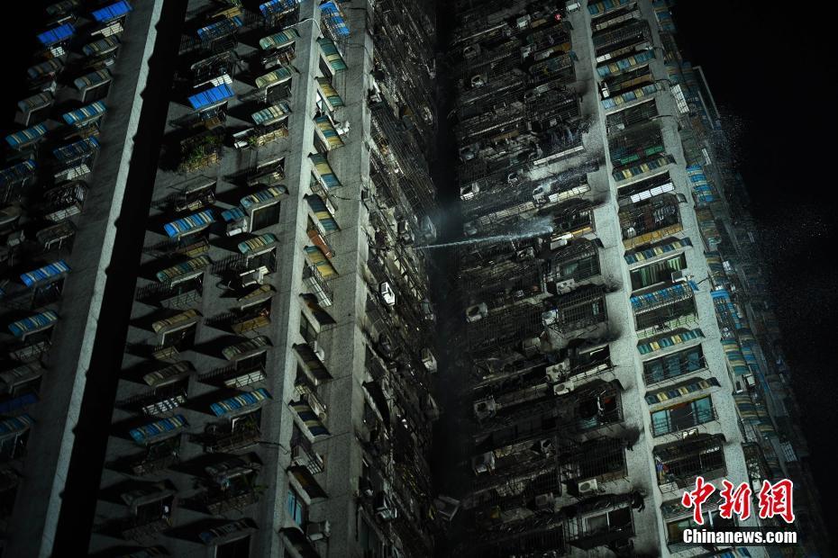 重慶一幢30層居民樓立體燃燒 明火已被撲滅