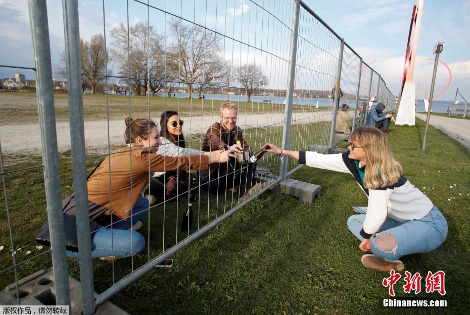 德国瑞士封锁边界 两国民众隔护栏聚餐