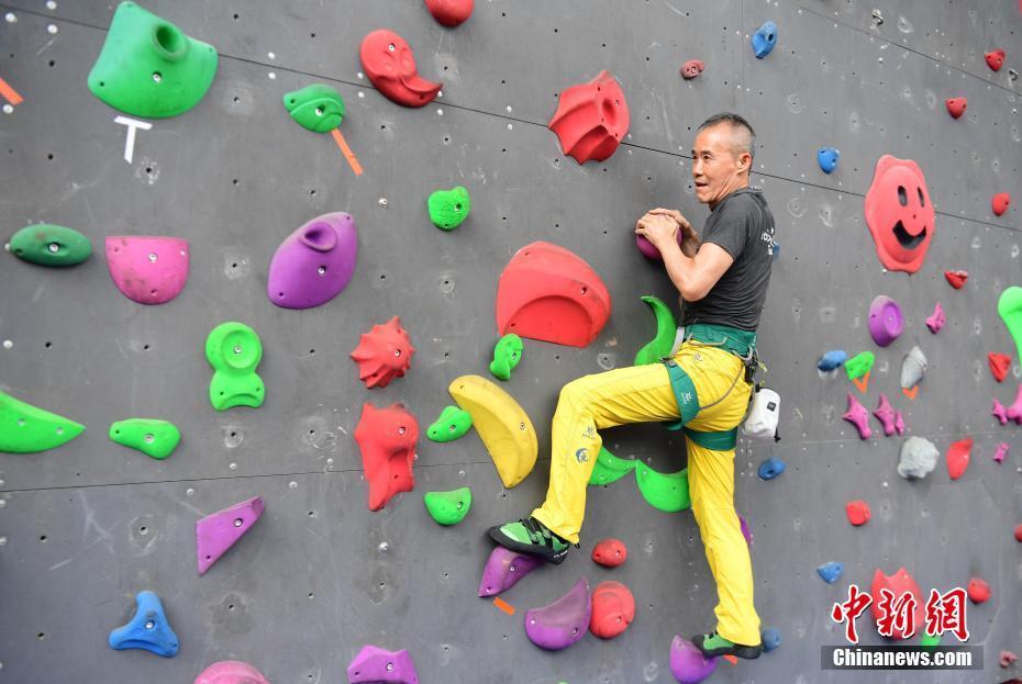 王石与部分深圳市民参与攀岩运动