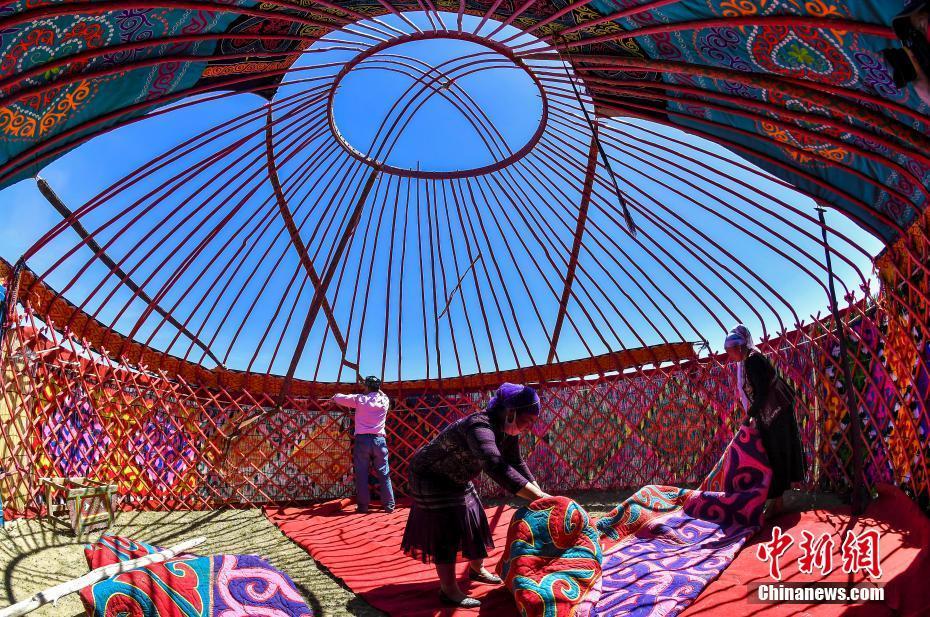 新疆福海春秋牧场哈萨克牧民搭建传统毡房