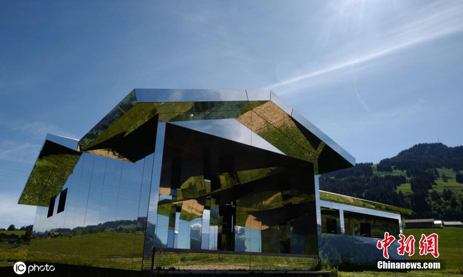 """艺术家打造""""镜面小屋""""与瑞士自然风光完美融合"""