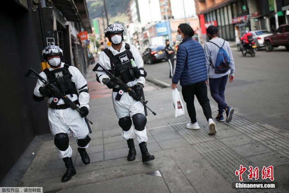 哥伦比亚新冠确诊病例近16万 军警穿防护服巡逻