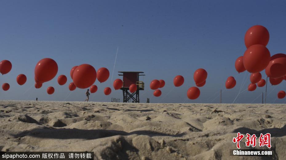巴西海灘放氣球紀念新冠肺炎逝者