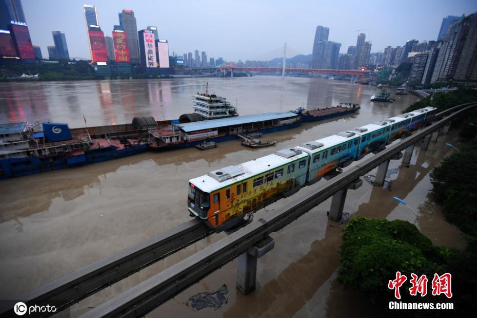 """洪峰过境 重庆单轨二号线变""""水上列车"""""""