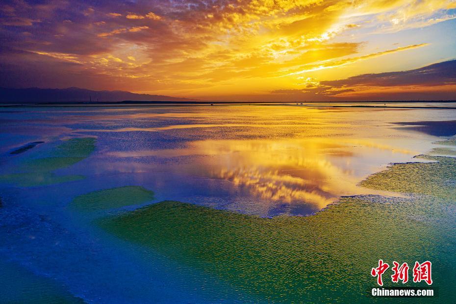 """青海茫崖""""翡翠湖"""" 猶如寶石落人間"""