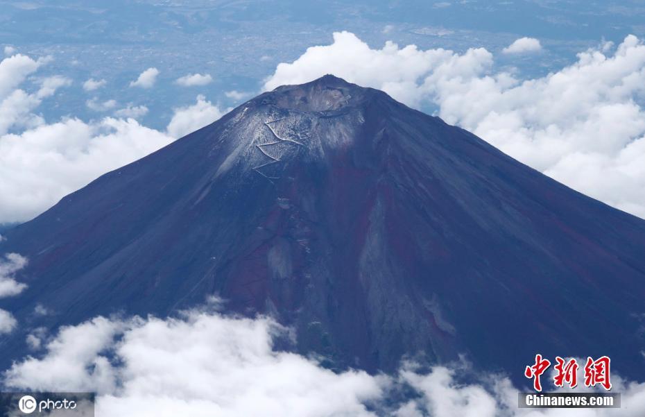 日本富士山山顶出现积雪 较2019年提前一个月左右