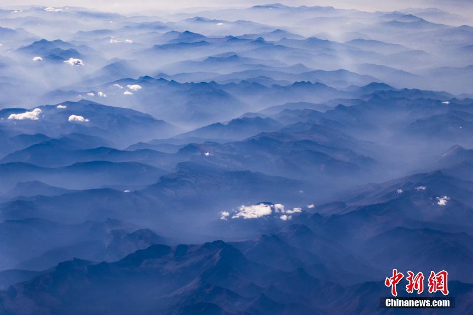 美国西部山火持续蔓延 山脉烟雾缭绕