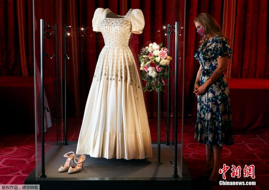 英国比阿特丽斯公主婚纱将展出 曾是女王晚礼服