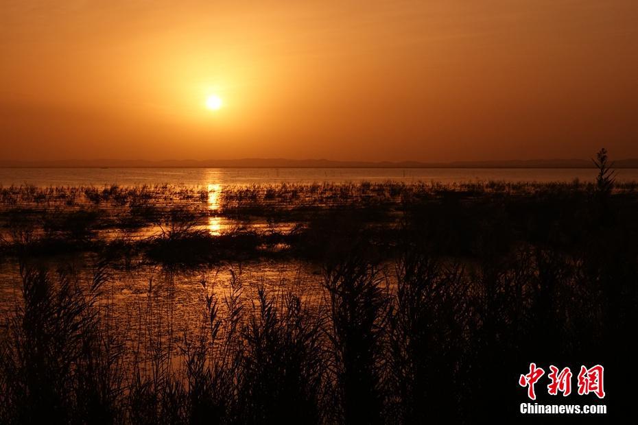 金秋季新疆博斯腾湖霞光映湖面 美景如画