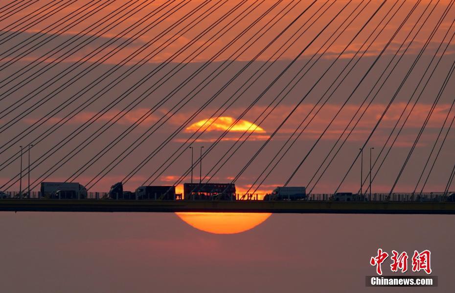 香港汀九桥落日吸引摄影爱好者打卡