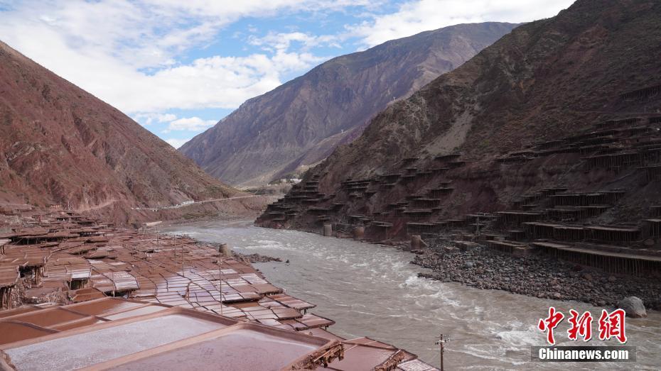 西藏澜沧江畔古法晒盐