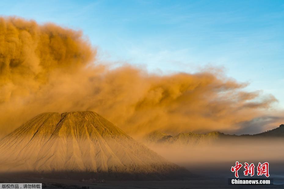 摄影师近距离拍摄火山喷发 场面壮观