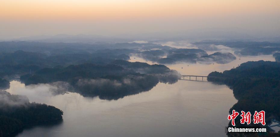 航拍江西仙女湖初冬风光 云雾缭绕如山水画卷