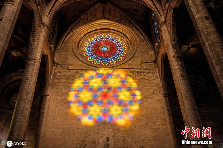 西班牙帕尔玛大教堂现罕见光学现象 玫瑰图案一虚一实