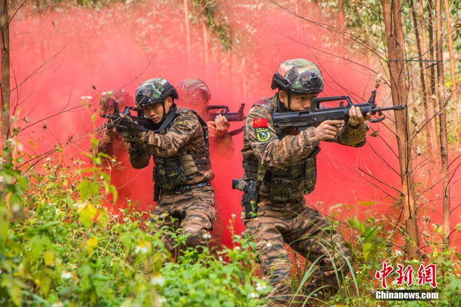 """直击广西武警特战队员训练:""""飞檐走壁""""锤炼血性胆气"""