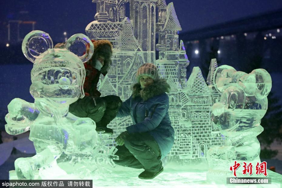 """俄罗斯""""冰镇""""开幕 各式冰雕庆祝新年"""