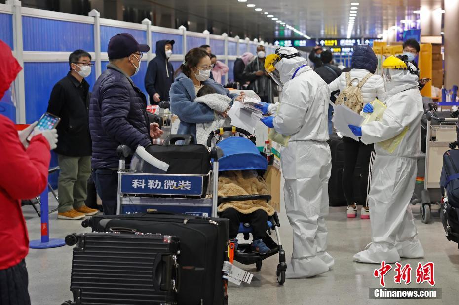 """跨年夜上海浦东机场的""""战疫大白""""们"""