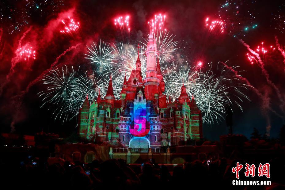 上海迪士尼迎新烟花美轮美奂 五周年庆典标志正式揭晓