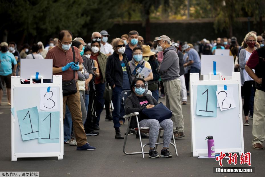 <b>美迪士尼乐园内设立大型新冠疫苗临时接种点 民众排长队等候</b>