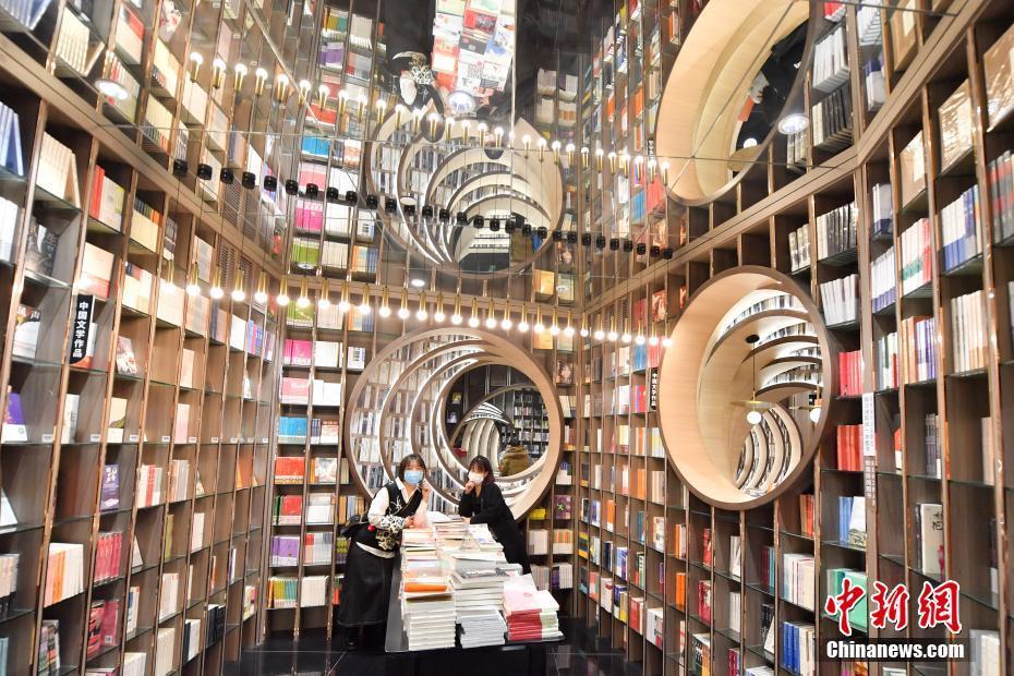 """走进网红书店的""""文化年"""":年味中有""""诗和远方"""""""
