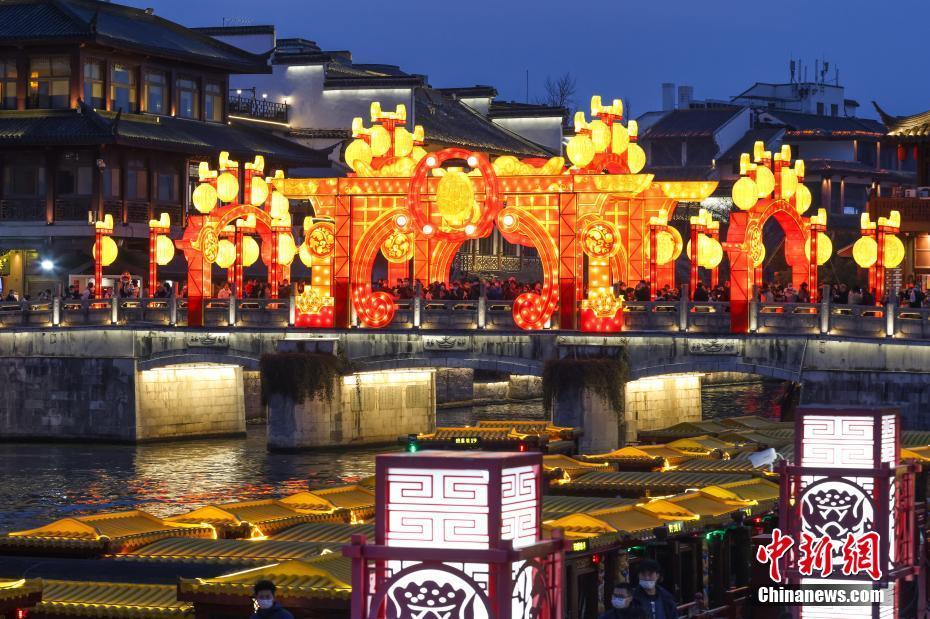 南京秦淮河畔彩灯璀璨贺新春
