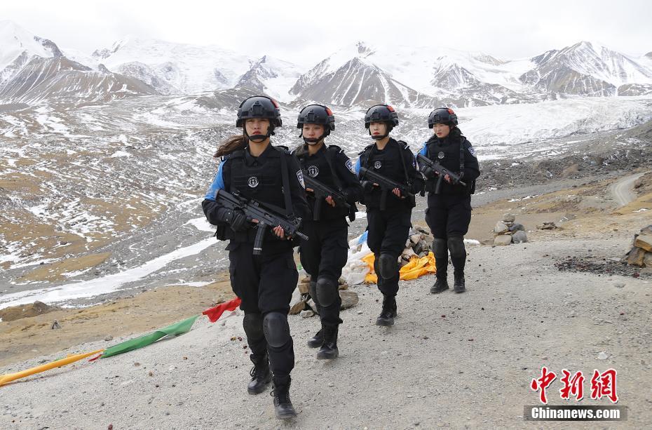 青海果洛藏族自治州的雪域女特警