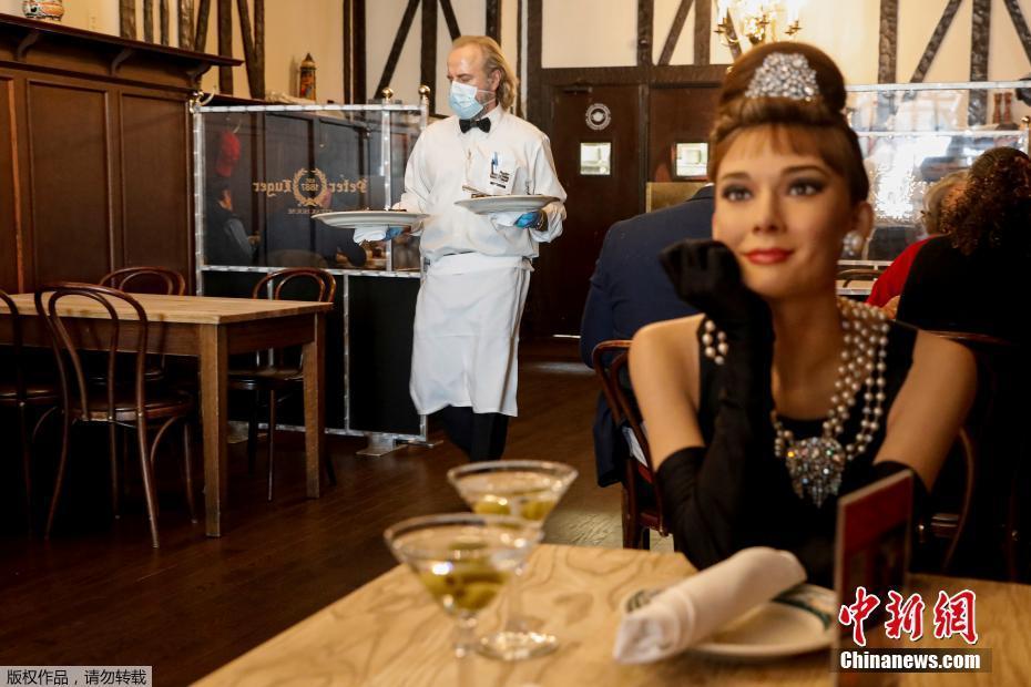 """美国纽约餐厅揽客出奇招 派名人蜡像""""陪""""吃饭"""