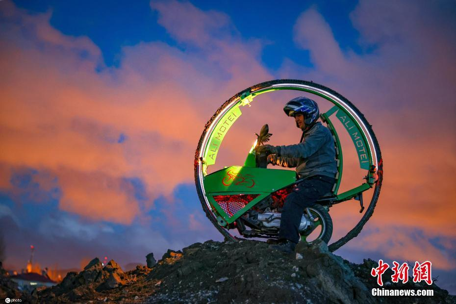 土耳其男子用废弃材料打造独轮摩托车酷炫十足
