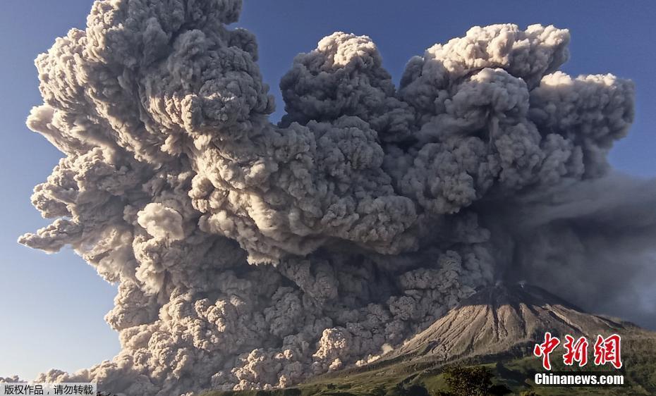 """印尼锡纳朋火山喷发 浓烟腾起仿佛升起""""蘑菇云"""""""
