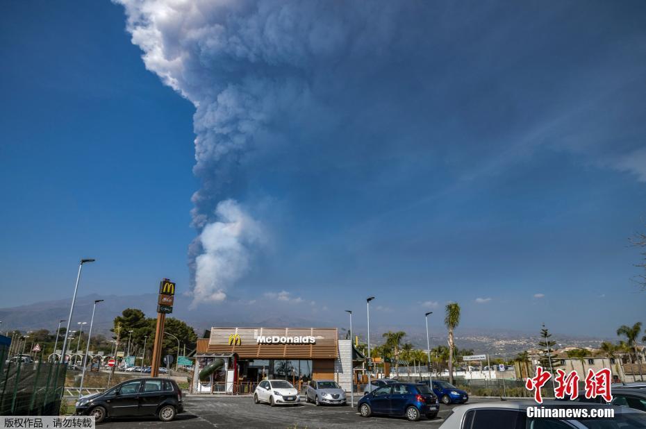 意大利埃特纳火山喷发 浓烟直冲天际仿佛竖起一道屏障