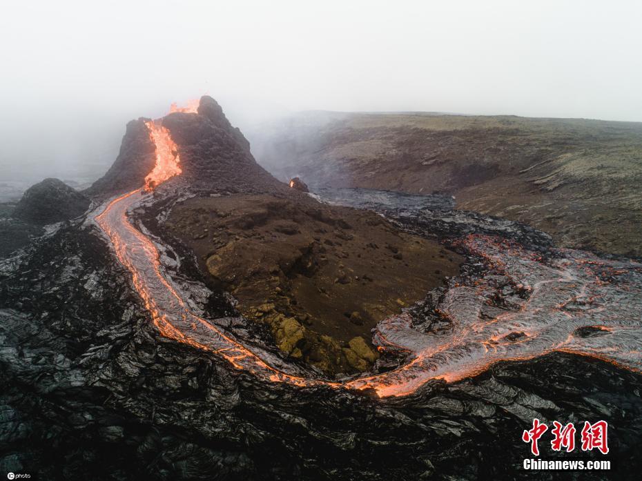 英国摄影师见证冰岛火山喷发 近距离拍摄岩浆流淌震撼画面