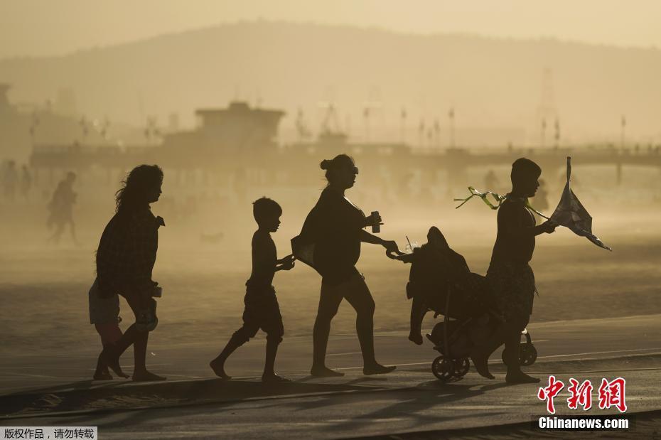 美国加利福尼亚州海边沙土漫天 游客在一片昏黄中出行
