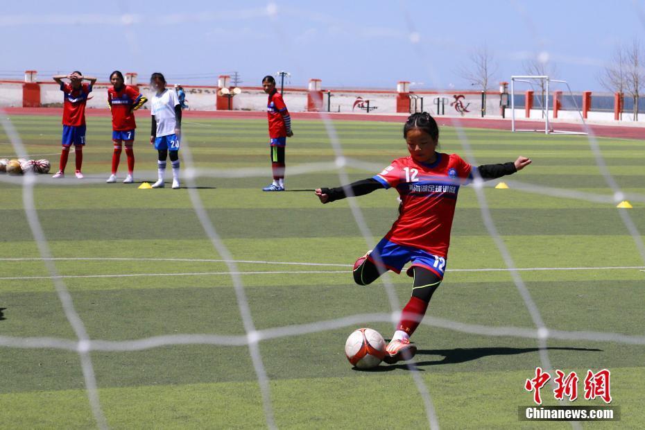 青海湖畔的校園女子足球隊 成員均為藏族女孩